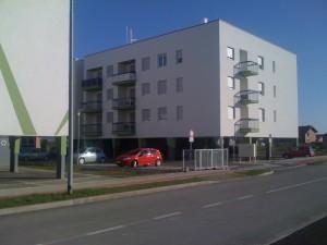Parkirališna mjesta su raspoređena oko i ispod zgrade