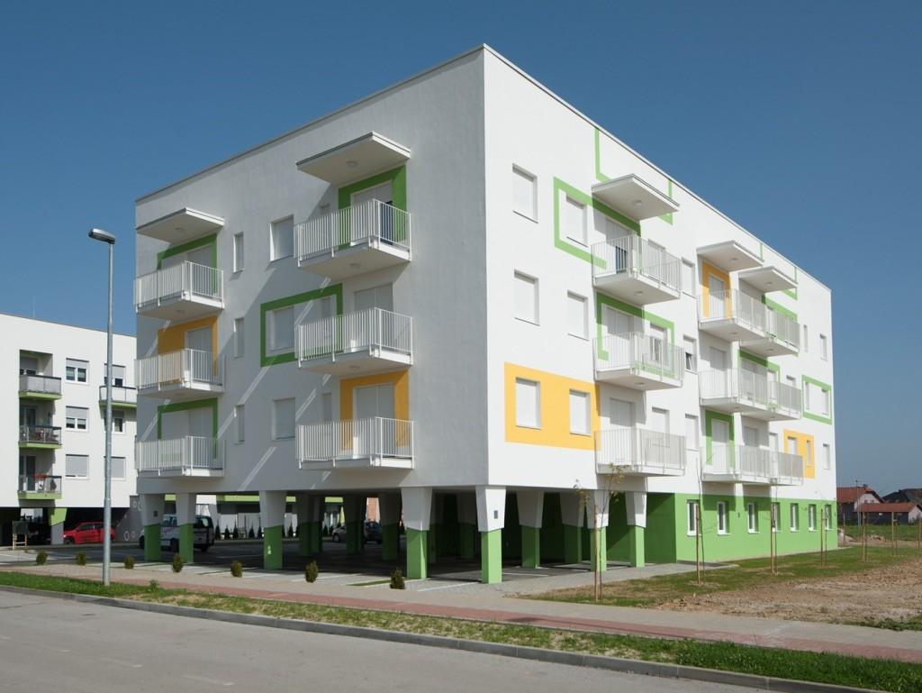 stambeno-poslovna zgrada je slobodno samostojeća, smještena je u sredini parcele