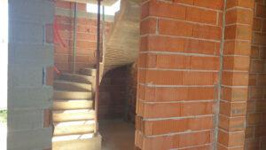 vezanje, postavljanje armature, šalanje i betoniranje stupova i nadvoja iznad otvora