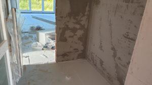 postavljanje podnih obloga i žbukanje zidova stana S2 u prizemlju kuće 1